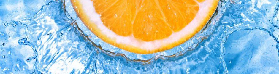 Orangenscheibe in Wasser