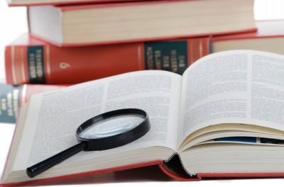 Lupe liegt auf geöffnetem Buch