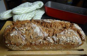 Helles Vollkornbrot - frisch aus dem Ofen Foto: Freitag-Ziegler