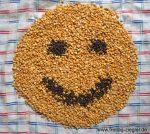 Smiley aus gelben Erbsen und Puy-Linsen