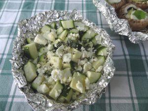 Vegetarische Zucchini-Päckchen vom Grill in Aluminiumfolie