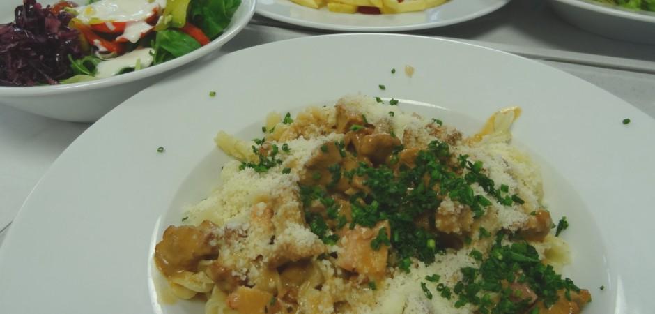 Pasta mit Pfifferlingen, Salat