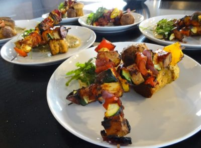 Gemüsespieße mit Rauchtofu, Kartoffelmuffins und Auberginencreme