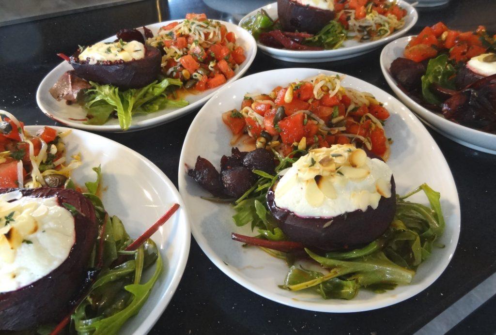 Gefüllte Rote-Bete-Hälften mit Salatgarnitur und Melonen-Sprossensalat