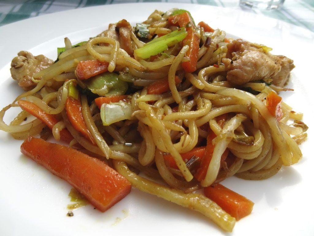 Es ist angerichtet: Chinesische Nudeln mit viel Gemüse