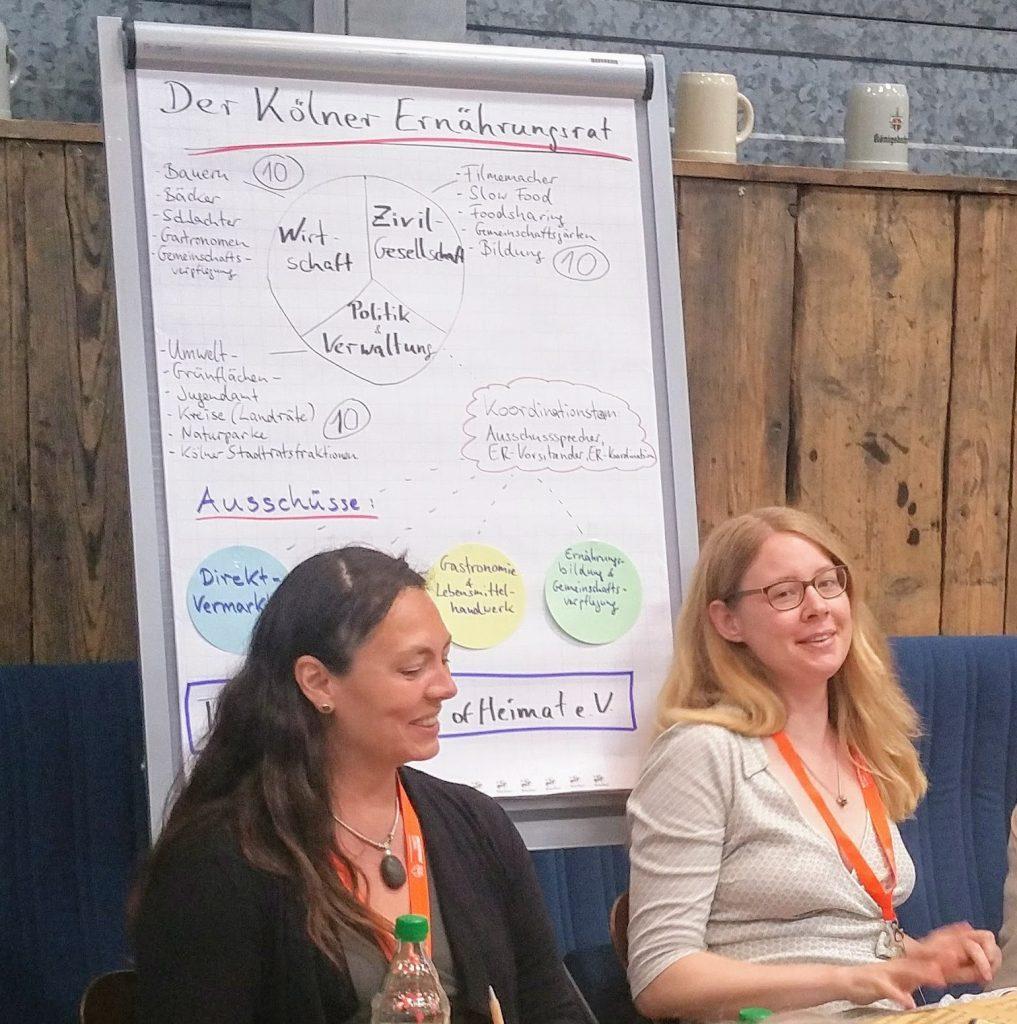 Zoe Henschkel (li) und Anna Wissmann (re) über das Konzept des Ernährungsrat Köln