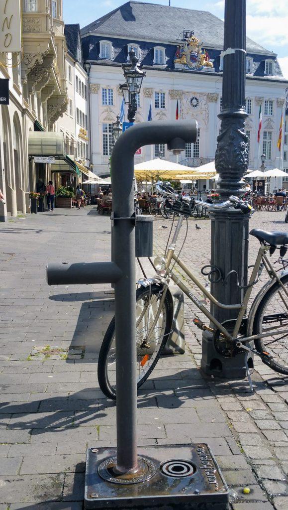 """Trinkwasserbrunnen auf dem Bonner Marktplatz von """"Join the Pipe"""""""