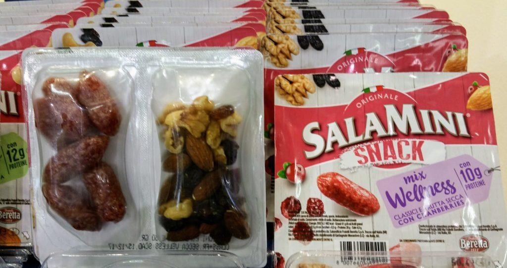 Mini-Salamis plus Nuss und Cranberries in viel Plastik