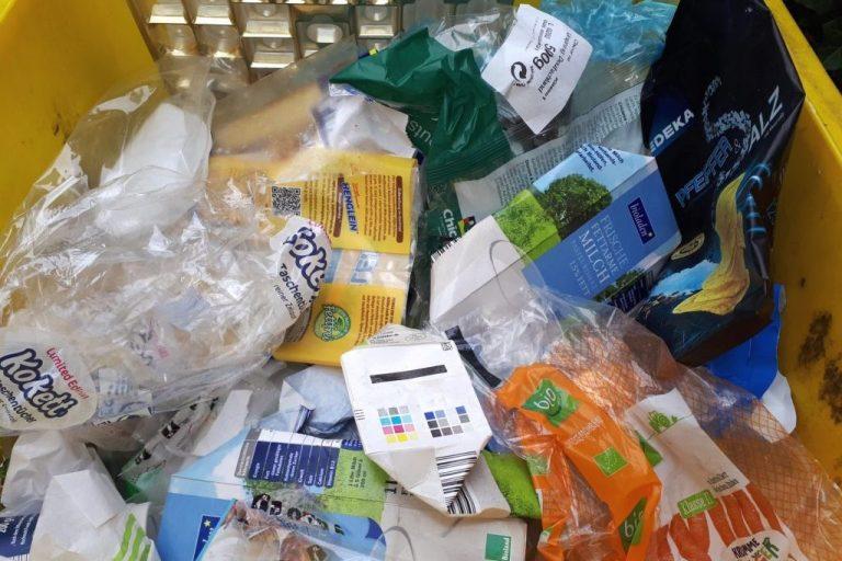 Plastikmüll in gelber Tonne