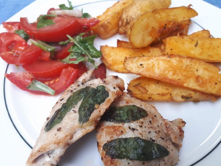 Saltimbocca, Country Fries, Tomatensalat