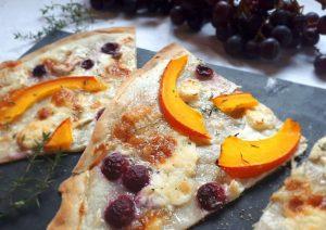 Flammkuchen mit Weintrauben, Ziegenkäse und Kürbis