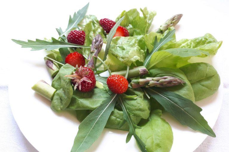 Gemischter grüner Salat mit Spargel und Erdbeeren