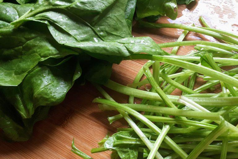 Frischer Spinat, Blätter und Stängel