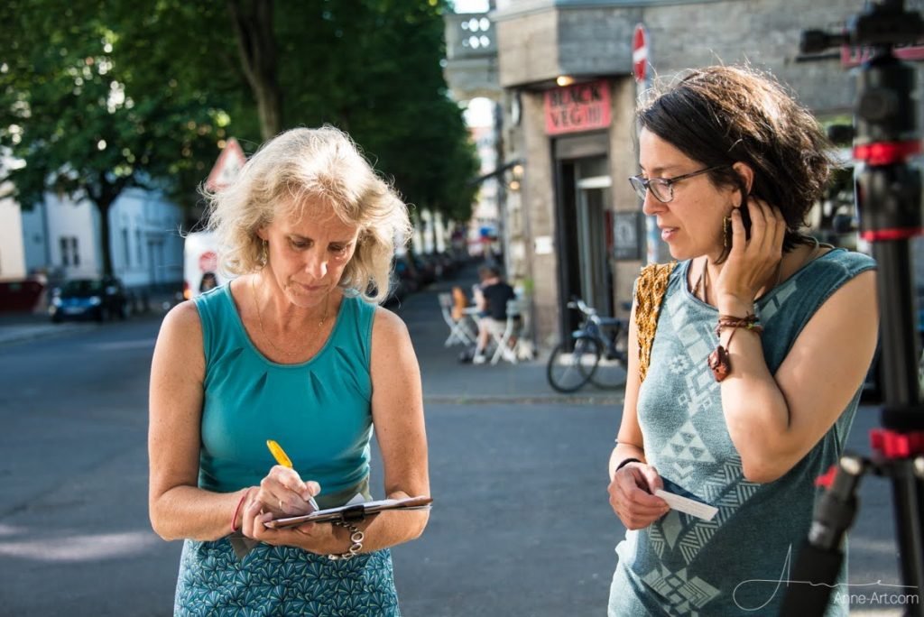 Zwei Frauen in der Bonner Altstadt