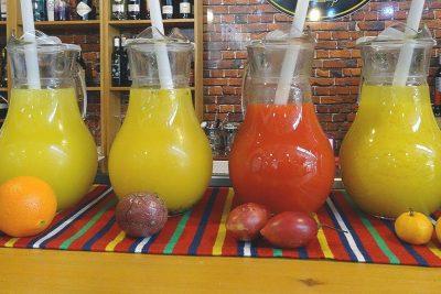 Vier Glaskaraffen mit Fruchtsaft