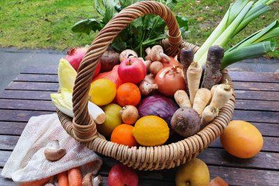 Wintergemüse und Obst im Korb