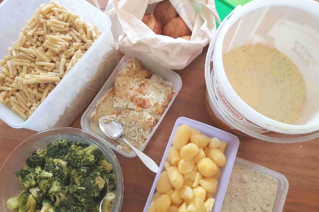 Nudeln, Brokkoli, Brötchen und Soße in Plastikboxen