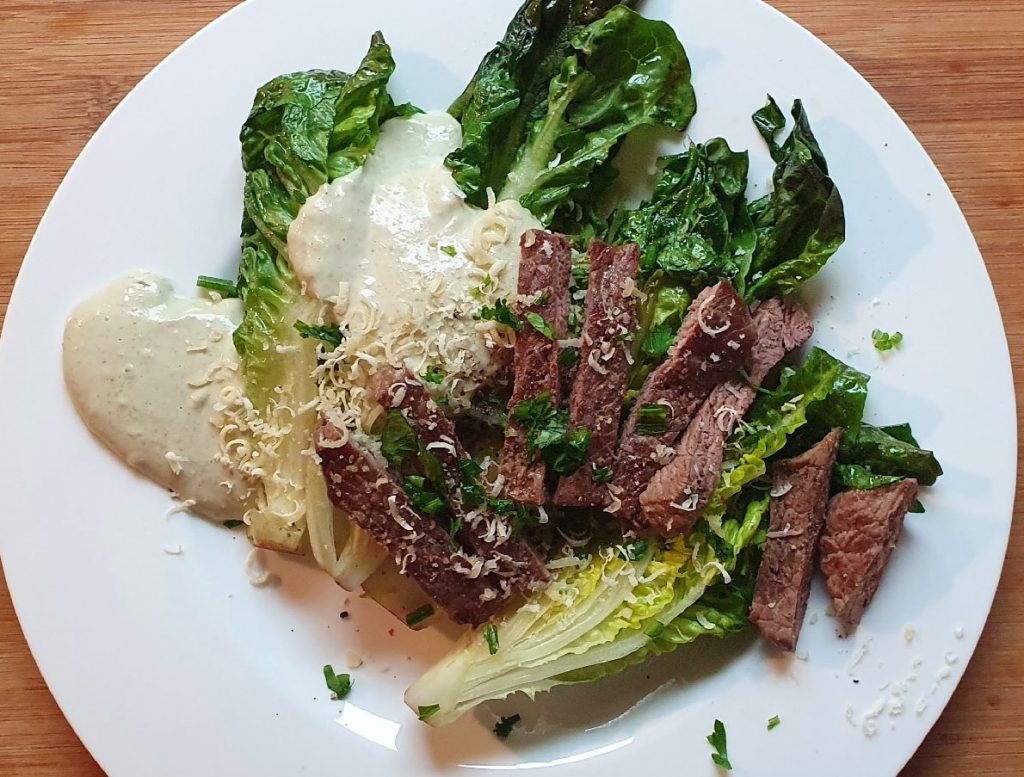 Steak auf lauwarmem Römersalat