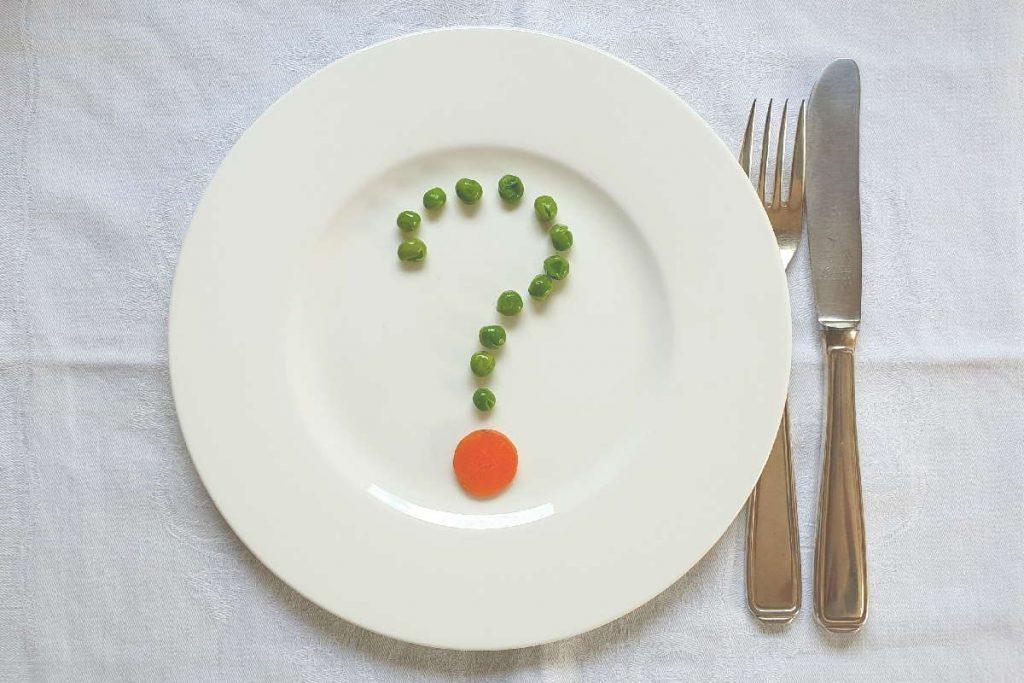 Fragezeichen aus Erbsen auf einem Teller